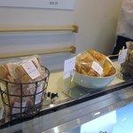 ラフブロッサム - チーズケーキの他にもチーズクッキーやセサミチーズクッキー等の焼き菓子も豊富にありました