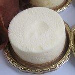 ラフブロッサム - ニューヨークチーズケーキ400円低温でじっくり焼き上げた濃厚なケーキで塩がアクセントに利いた一品