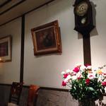草里 - 店内には絵画やアンティーク家具が。