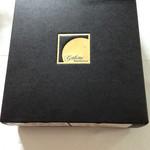 43794828 - 高級感のある立派な箱にチーズケーキは入ってます