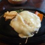 コンコンブル - 特製チーズハンバーグ1100円(サラダ・ライス付き)