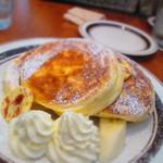 43802871 - リコッタチーズパンケーキ 880円(別)+生クリーム 100円