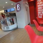 ビーバーテイルズ - 赤と白を基調とした店内