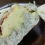 パン工房 たまいろは - バジルチーズ
