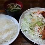 大学亭 - サービスランチ650円 ハンバーグと魚のフライ ごはん並盛りでこのボリューム サラダも多くて健康に配慮