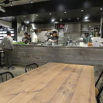 クリスプ サラダ ワークス - 都会的なモノトーンにウッドを組み合わせた店2
