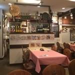 スペイン料理銀座エスペロ - 入口付近の席、手前壁にハンガーあり