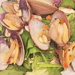 43811020 - アサリとほうれん草のサラダ。アサリが大きくて全体にボリュームあり。お出汁も出ていて美味しかった。