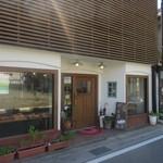 豆米 - 宮若市の福丸の一方通行の路地を車で入ってると素敵なスタイリッシュなパン屋を発見したんで商店街の駐車場に車を停めてパンを買いに立ち寄ってみました。