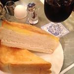王城 - アイスコーヒーと厚切りトーストのモーニングセット(700円)