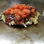 お好み焼 SETO - お好みソースの上には、トマトが~
