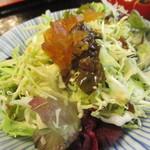 関辻屋 - ここの名物 漬け物サラダ キャベツとサニーレタスに奈良漬けみじん切りと柴漬け ポン酢?ドレッシング