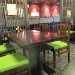 関辻屋 - 玄関入って直ぐのテーブル・カウンター席は禁煙エリア