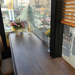 コーヒープリンス2号店 - 内観は標準的なカフェ。フラワーを飾っているのは、特徴でしょうか。