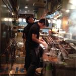 居酒屋まるし - カウンター席からの厨房風景