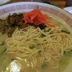 博多ラーメン片岡屋 - 替え玉には紅生姜と高菜をね!