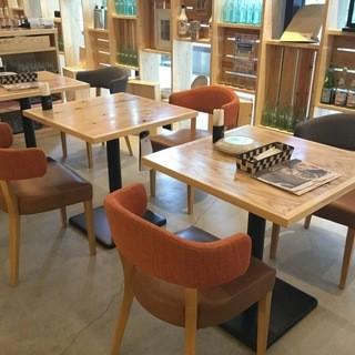開放感のあるテーブル席