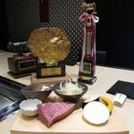 神戸牛 天望 - イチボと焼き野菜とチャンピオン神戸牛のトロフィーと盾