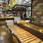 パン工場 - 訪問したのが火曜日だったんで火曜市で一部のパンは格安で販売され店内はイオンモールに来られたお客様で賑わい無くなったパンも見受けられました。