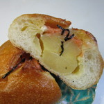 パン工場 -  パンの中にゴロッとしたジャガイモを包み相性の良い明太子で味付けした惣菜パンです。