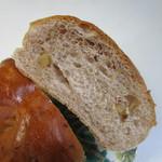 パン工場 - 生地に香ばしいくるみを練りこんだこの店の人気パンです。