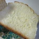 パン工場 - 北海道産の牛乳をたっぷり使った甘く柔らかい食感のパンです。