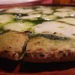 Patisserie &Restaurant Amour - 小松菜が練り込まれた凝縮感のある生地が特徴