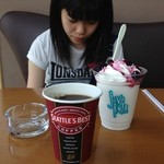 43893867 - H.27.09.22.昼 ドリップコーヒーS 300円 vs ベリーベリーミルク 520円 【掲載許諾済】