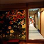 豆狸 - 長い廊下の手前に塗りの衝立