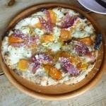 43897649 - 柿とゴルゴンゾーラと生ハムのピザ