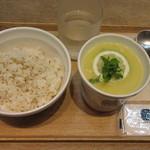 43898926 - 芸術家のレモンと鶏肉のスープ、白胡麻ごはん