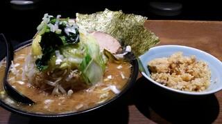 麺家 黒 - デカ盛り野菜大(320g,900円)とお代わり自由度なチャーシューライス中(50円,)
