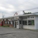 4390666 - 駅舎の中にお店があります。