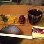 七兵衛 - 漬物と赤ワインのマリアージュ(笑)