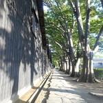 芳香亭 - 倉庫裏の並木路