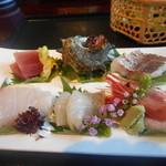 芳香亭 - お造りは真鯛やサザエを筆頭に新鮮さ抜群
