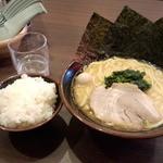一刀家 - 豚骨醤油ラーメン(700円)+ライス(無料)