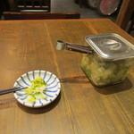 おふくと虎吉 - 注文は終るとお店の方がお漬物を持って来てくれたんで好みの量をとって定食の出来上がりを待ちました。