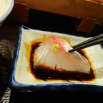 おふくと虎吉 - 新鮮なお刺身に山葵を少しつけ醤油で味付けして一緒にご飯をいただきました。