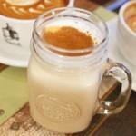 Turret Coffee - シーズナルラテマキアート(490円) この日はバナナブレッド