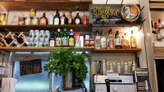 ファイブスター・カフェ - 5人用カウンター前で飲み物を提供する