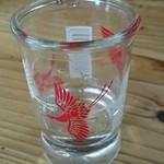 弥太郎うどん - セルフの水 コップが清酒の瓶