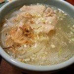 アジアンダイニング 金魚蘭 - 豚しゃぶのフォーです。フォーって好きなんですよね。さて、どんなお味なんでしょう。まずはスープから。おおっ、程よい味付けがたまりませんよ。麺も美味しいです。これはレベルが高いですよ。他の料理も期待が持て
