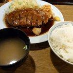 大阪トンテキ - で、結局、今回はお初って事もあって、トンテキ定食にしました。ご飯と味噌汁が付いています。ご飯は程良い硬さで甘味があり美味しかったですよ。そうそう、大盛は無料です。これも嬉しいサービスですね。味噌汁も美