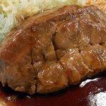 大阪トンテキ - お肉のアップです。下の方は少し切ってあります。上の部分は繋がっています。これをフォークとナイフを使って切ってから食べるっていうスタイルです。ご飯がお茶碗になっているので、最初に切ってからお箸で食べるっ