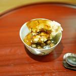 津之守坂 よねやま - 黒糖のアイス、下には徳島の天草(てんぐさ)を煮出して作った寒天と北海道の甘えんどうを敷いて