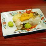 津之守坂 よねやま - 甘鯛の塩焼き、雲丹と銀杏を添えて