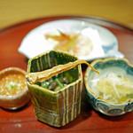 津之守坂 よねやま - 海老の唐揚げ、きのこの焼きびたしとバチコ、ズワイガニ、筋子の土佐漬けの前菜