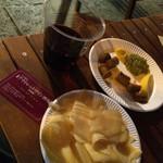 アウトレットワイン酒場 納屋橋 - グラスワイン赤400円税込、チーズ盛り300円税込、羊のソーセージ400円税込