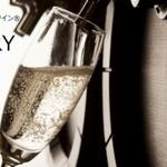 WINE×鉄板料理 ば~る - ドリンク写真:樽生スパークリングワインの白。イタリア現地樽詰めのワインをお客様の目の前で注いでいます。
